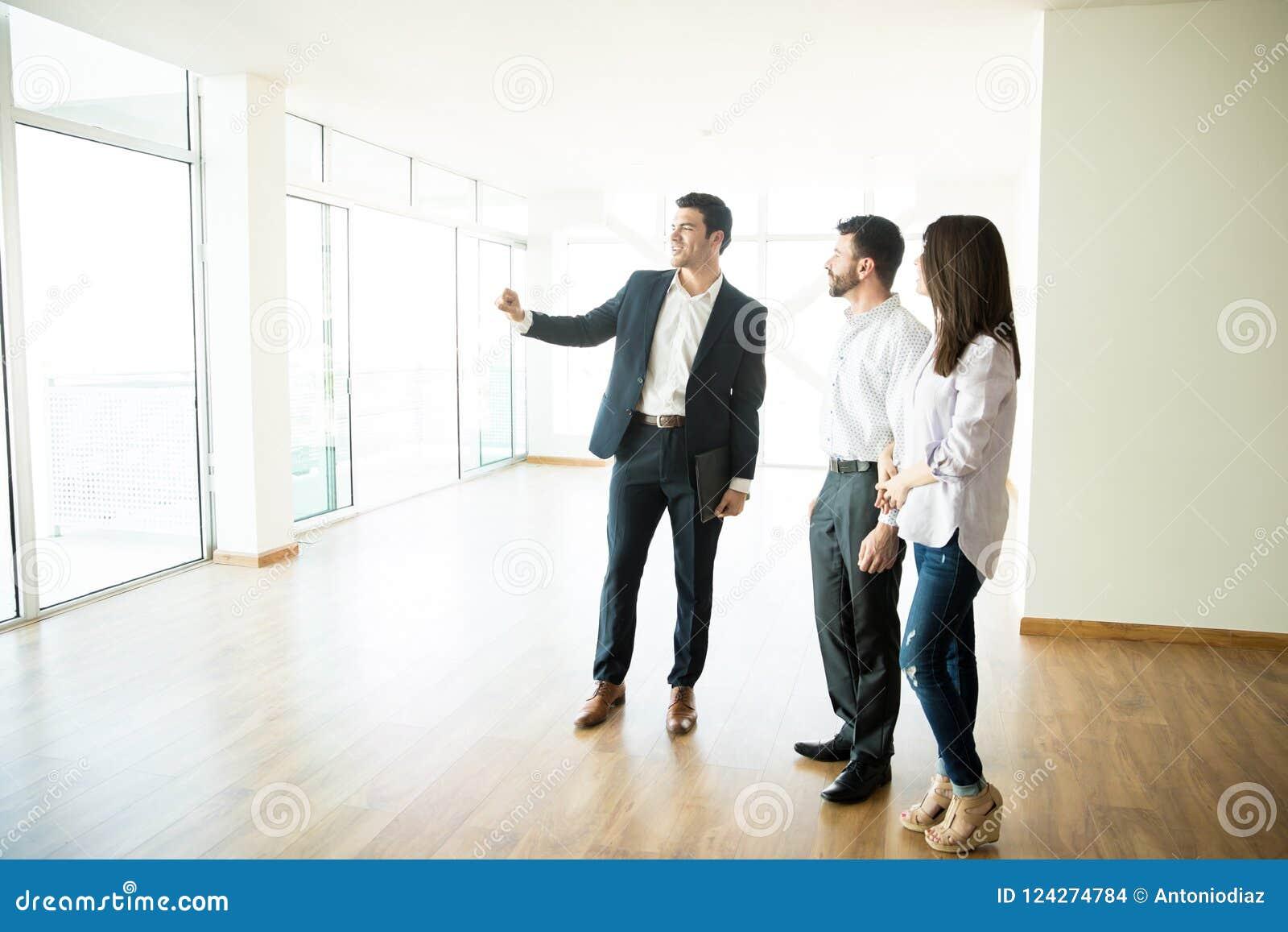 Agente immobiliare Showing New Apartment da equipaggiare e donna