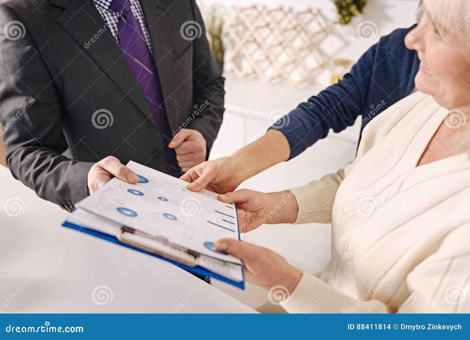 Agente inmobiliario profesional que hace negocio con los pares mayores