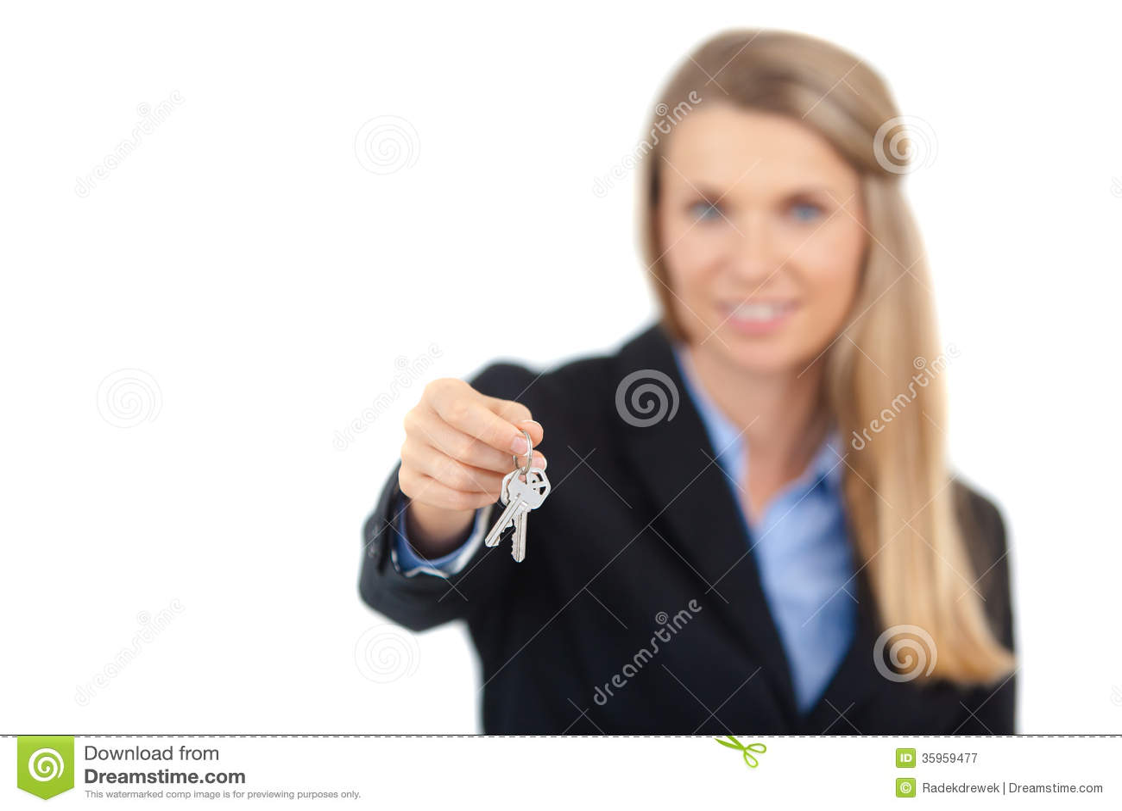 Agente inmobiliario que da llaves