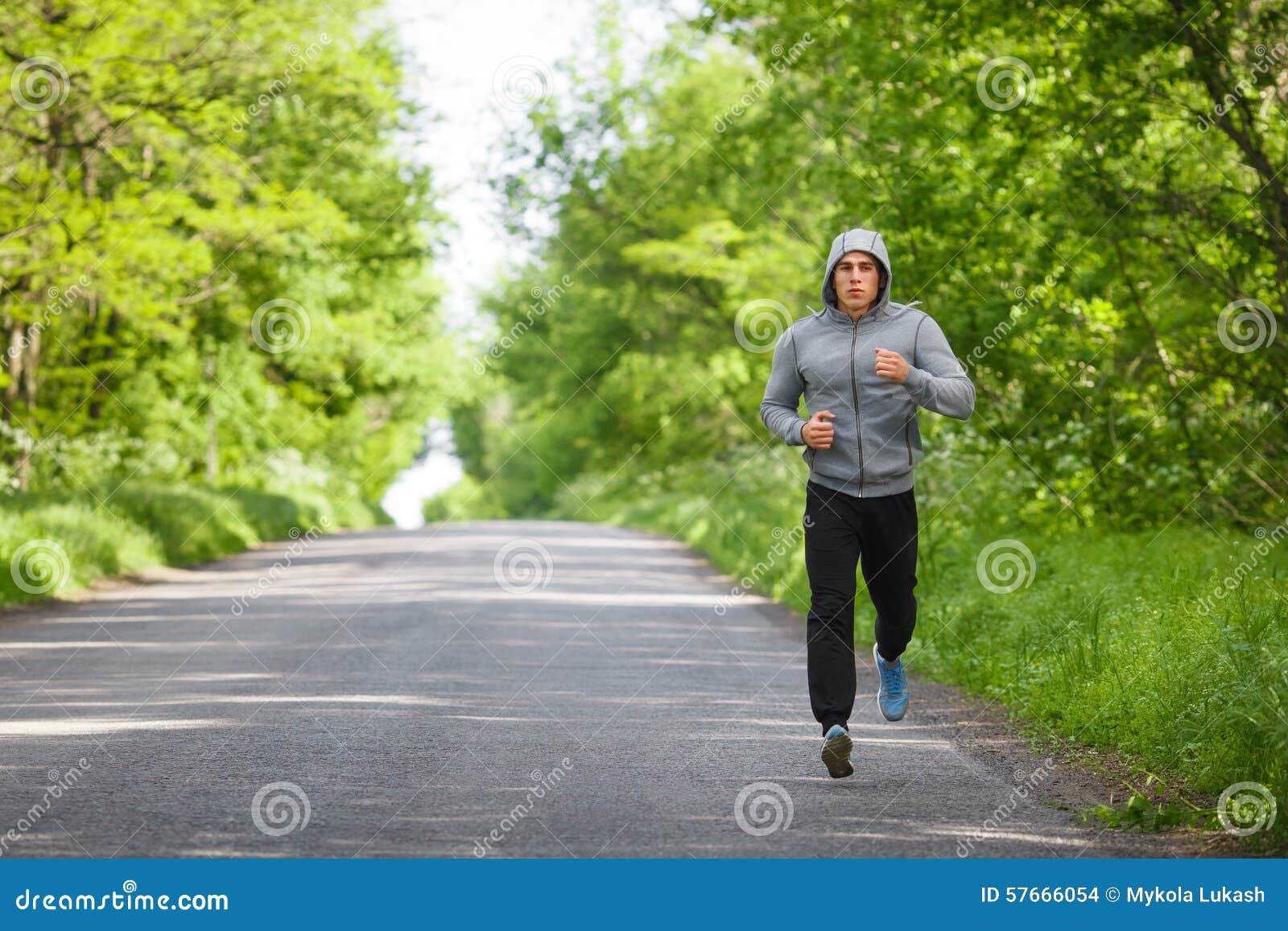 Agentmens die op weg opleidingssprint lopen Het sportieve mannetje stelt buiten het uitwerken in werking
