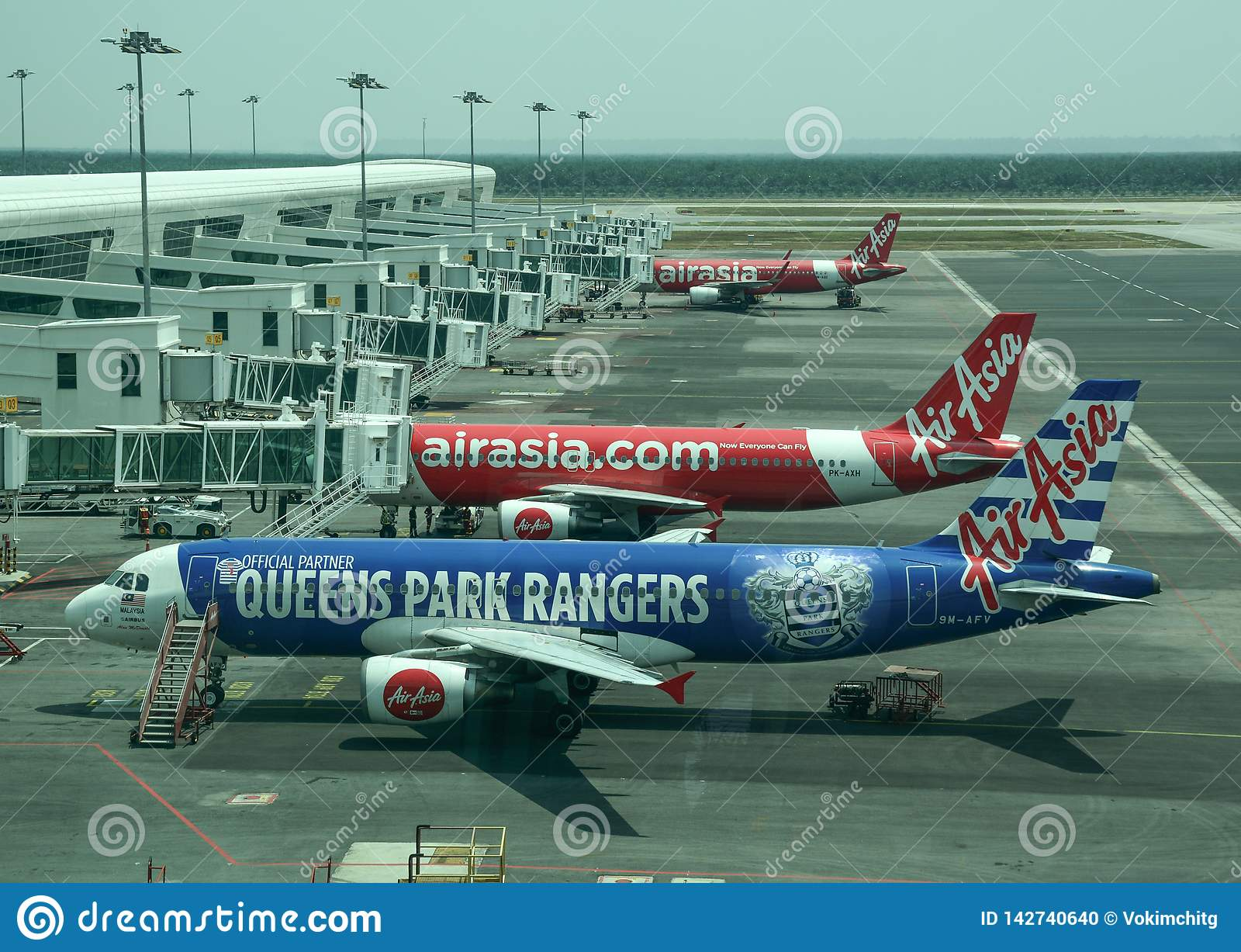 Aggancio dell aeroplano all aeroporto internazionale