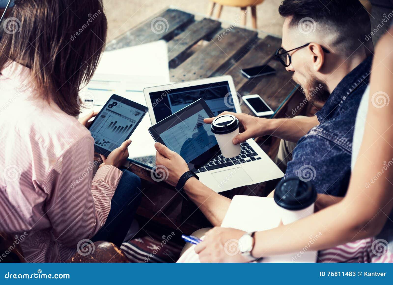 Aggeggi elettronici giovane dell uomo d affari rapporto di Team Analyze Finance Online Diagram Progetto Startup Digital dei colle