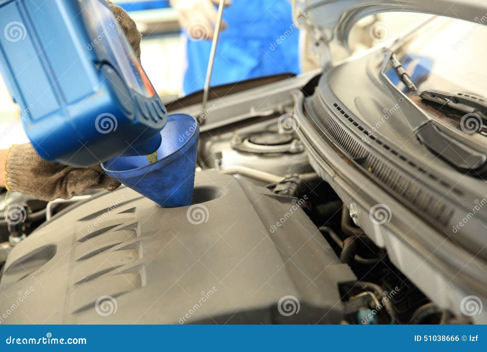 Aggiunga l olio per motori dell automobile