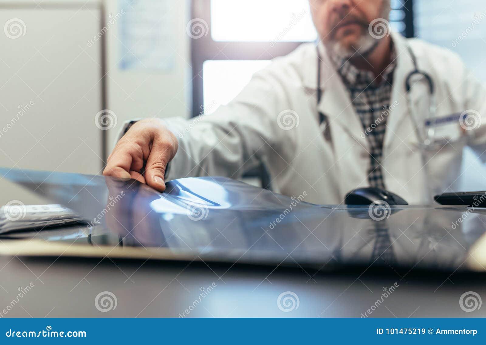 Aggiusti la seduta nella sue clinica e ricerca medica d esame