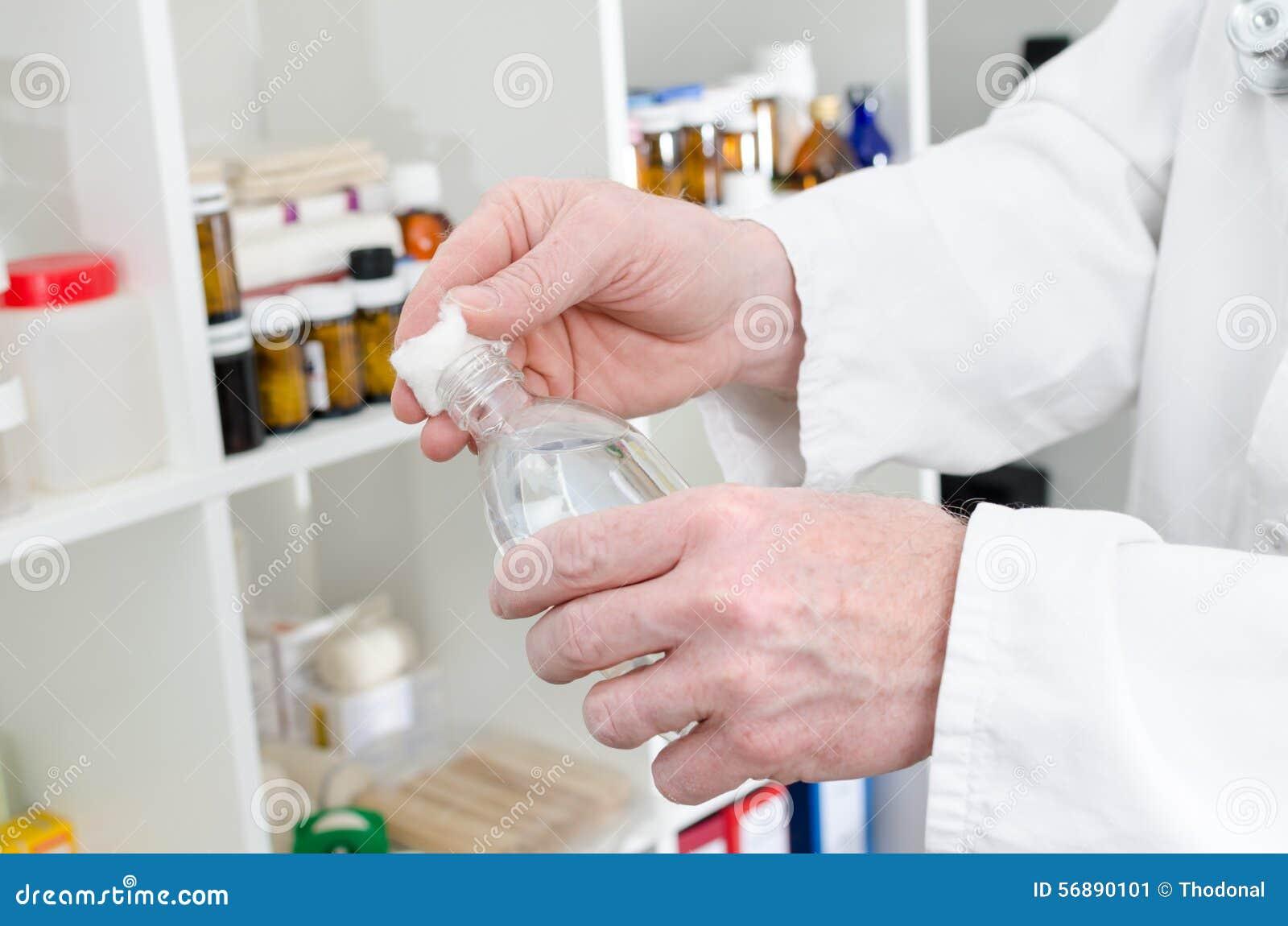 Aggiusti mettere il disinfettante su un pezzo di cotone