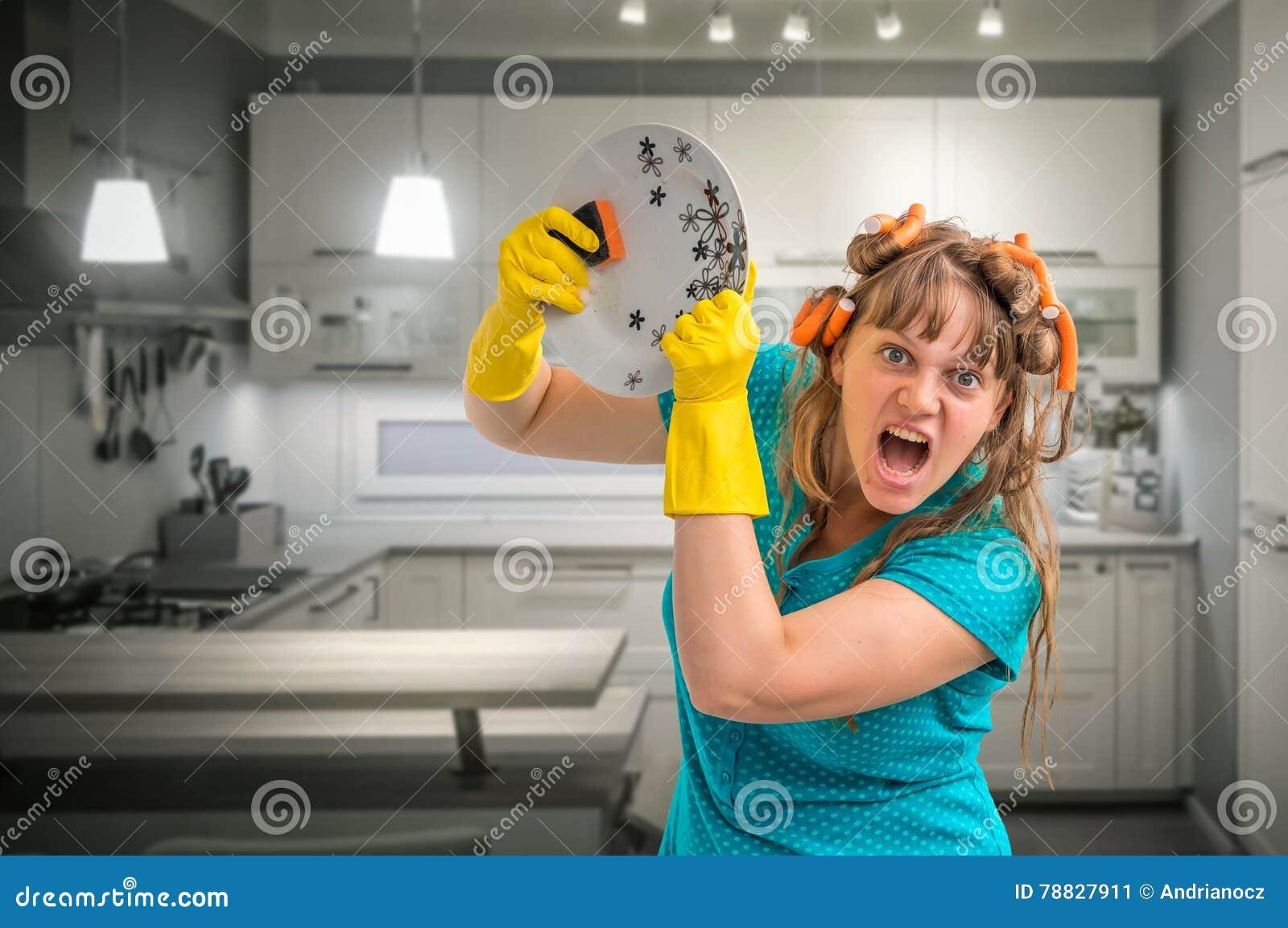 Aggressiv disk för hemmafrukvinnatvagning i kök