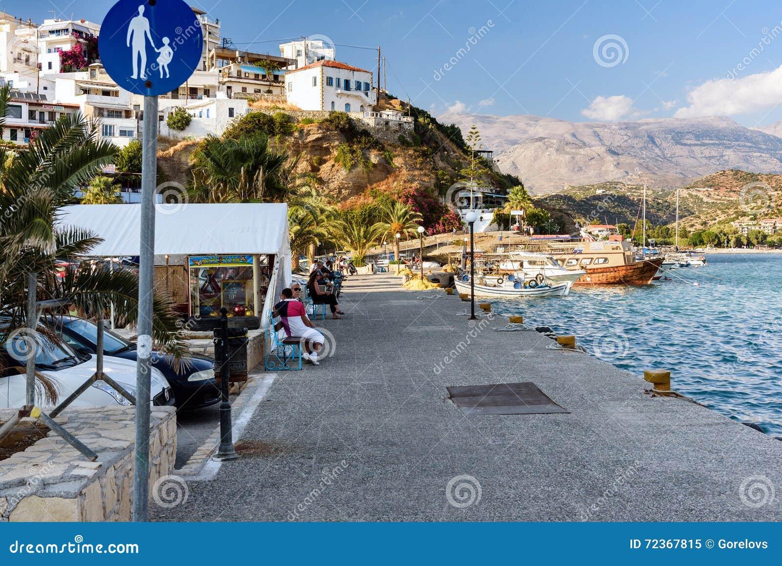 散步与游人在Aghia Galini镇港口在克利特海岛,希腊上的