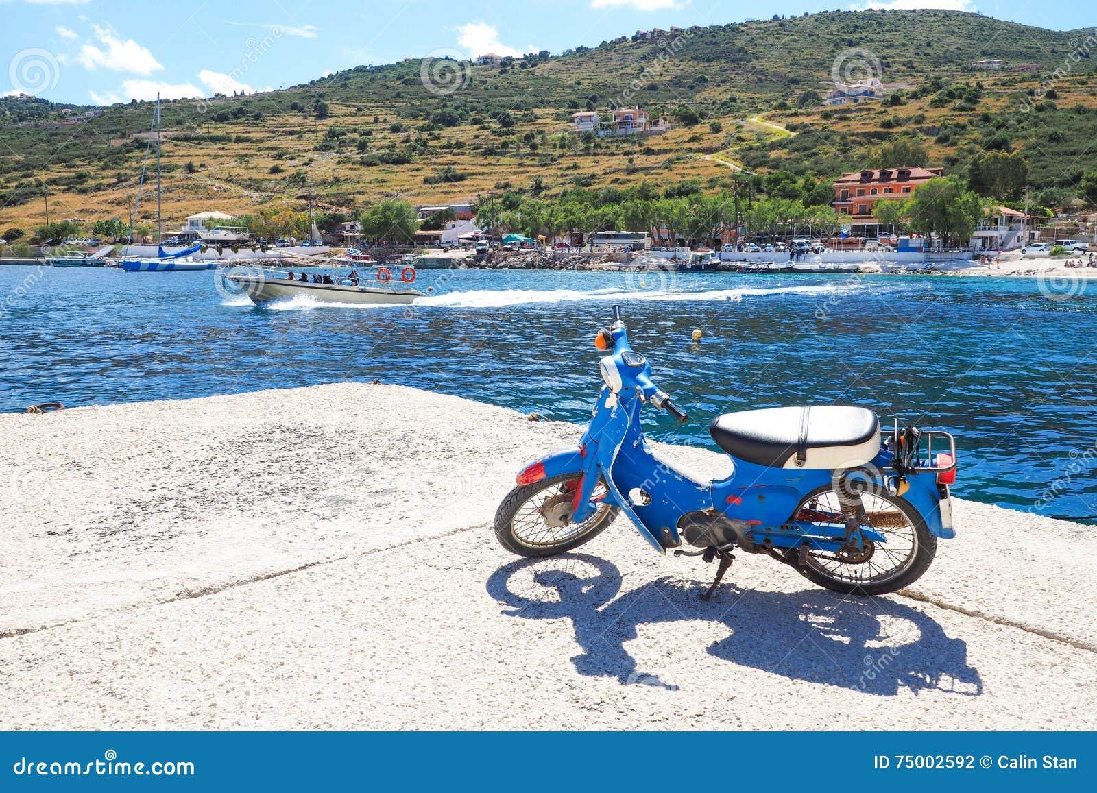 Agios Nikolaos Port Zakynthos-eiland in de zomer, met duidelijke B