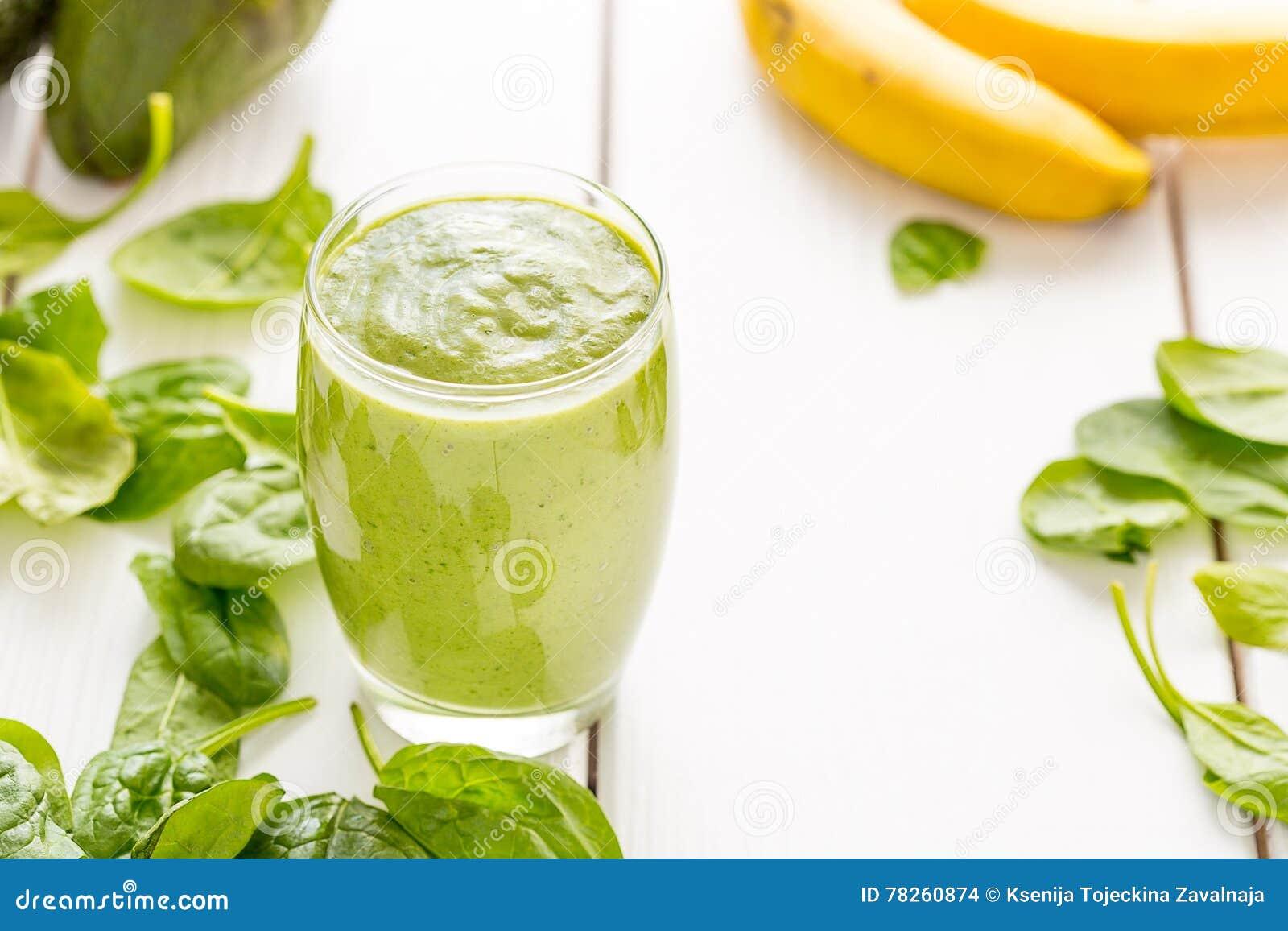 Agitação verde saboroso surpreendente ou batido do abacate, feita com abacates, a banana, suco de limão e não leite frescos da le