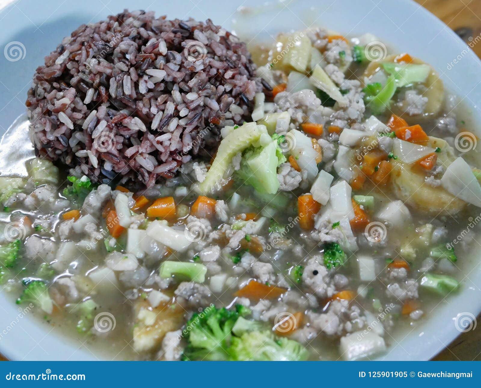 Agitación Fried Tofu con el cerdo Moo Sab Pad Tao Hu en el arroz