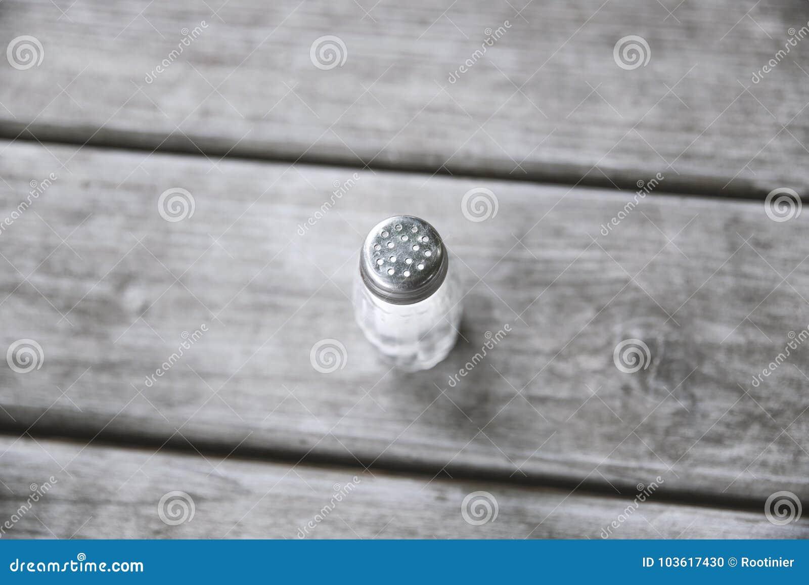 Agitatore di sale sulla tabella di legno