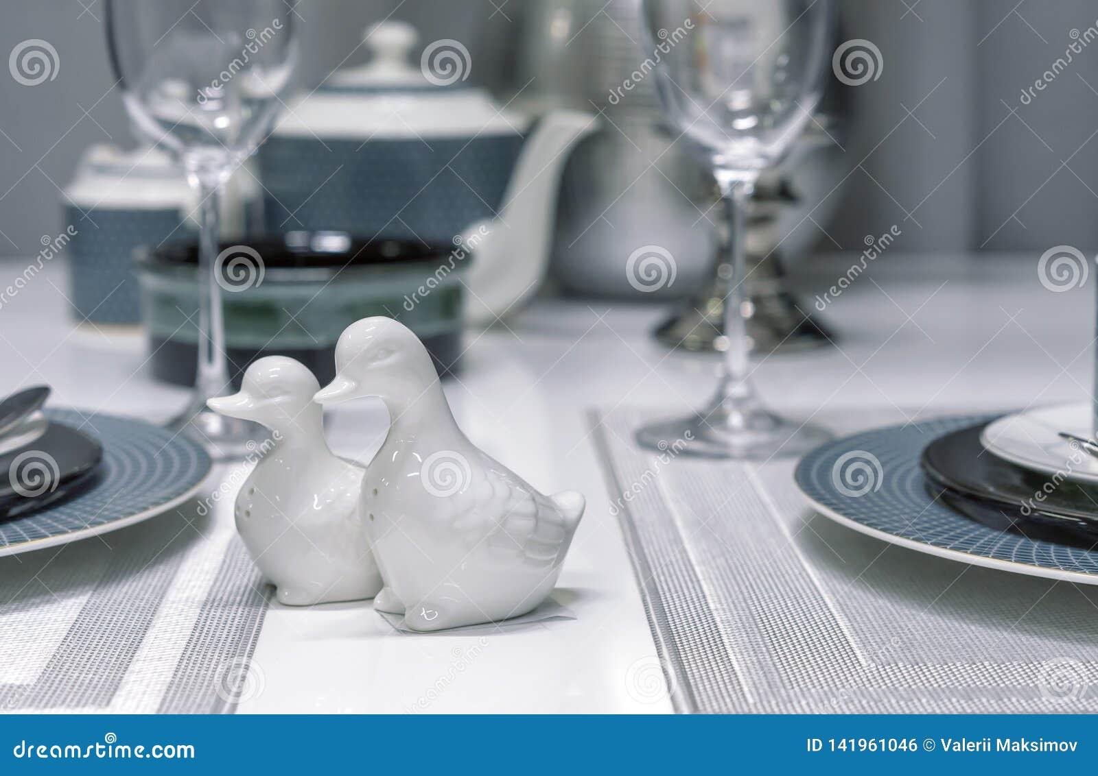 Agitatori di sale ceramici sotto forma di anatre all interno di una sala da pranzo moderna