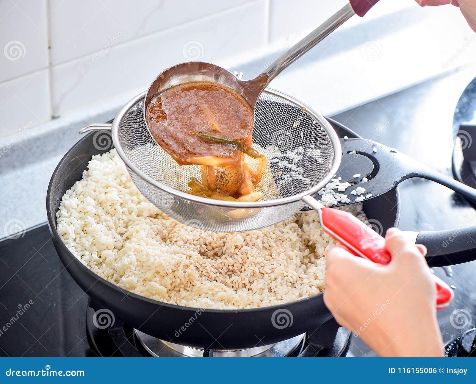 Agite a fritura do arroz salgado usado na bolinha de massa do zhonzi ou do arroz em Dragon Boat Festival