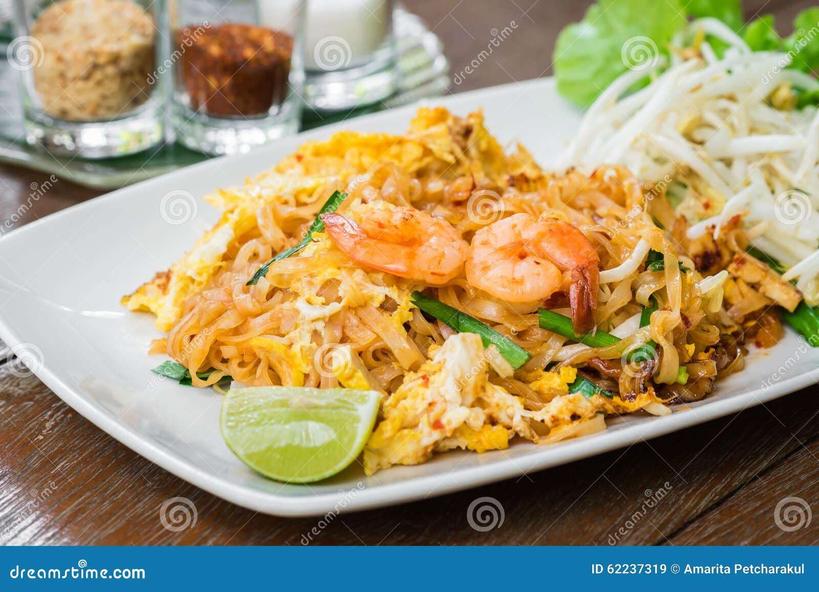 Agite macarronetes de arroz fritado com camarão (almofada tailandesa), alimento tailandês
