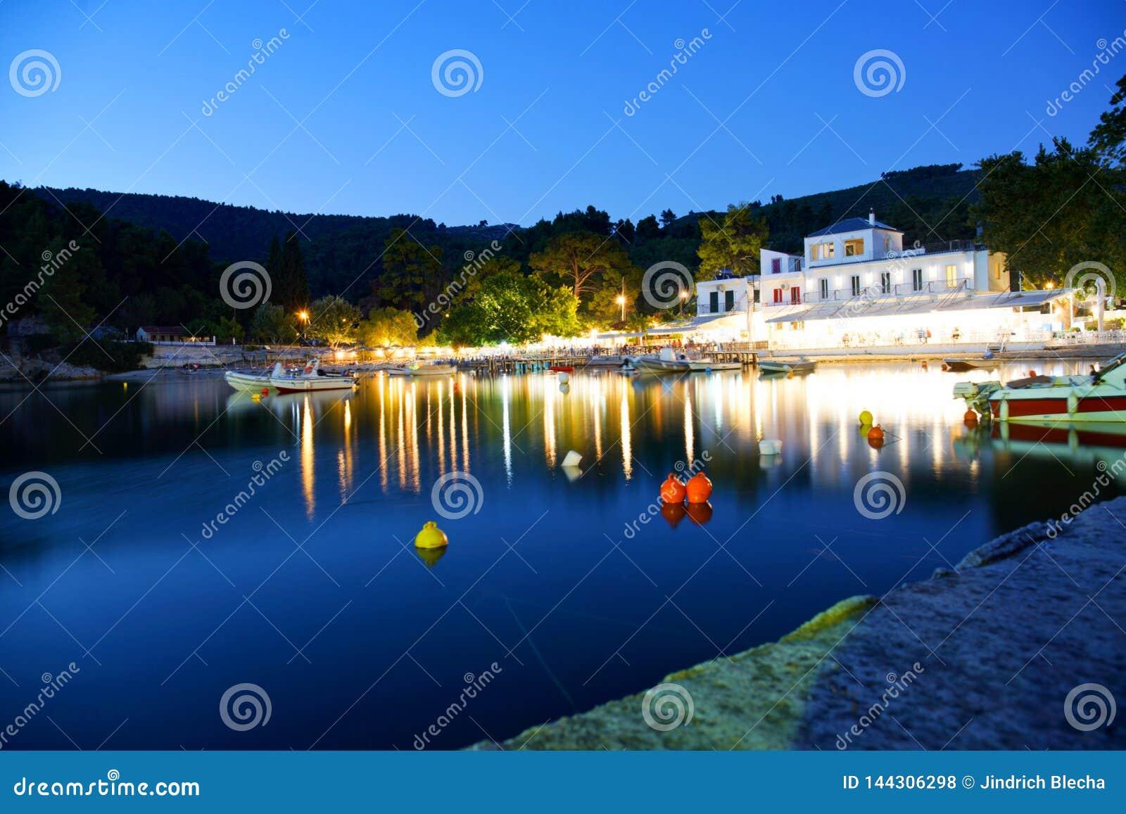Agnontasstrand en baai bij zonsondergang, Skopelos, Griekenland