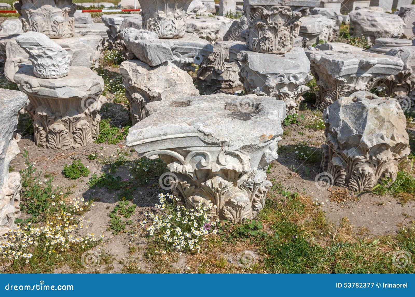 Agor ruiny z stokrotkami