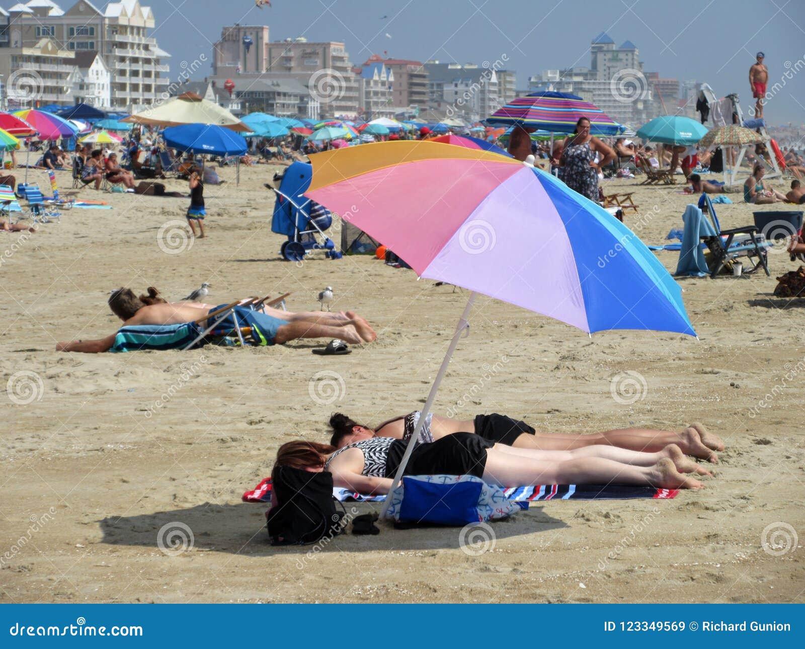 Agosto na praia na cidade do oceano