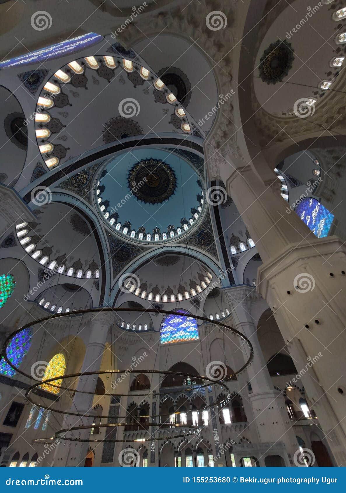 4 agosto 19 vista del cortile della MOSCHEA di CAMLICA a Costantinopoli, Turchia r