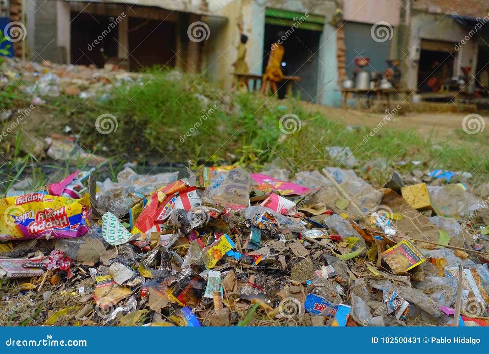 AGRA, INDIEN - 19. SEPTEMBER 2017: Großer Abfallhaufen auf der Straße auf Agra, Indien Indien ist ein sehr schmutziges Land