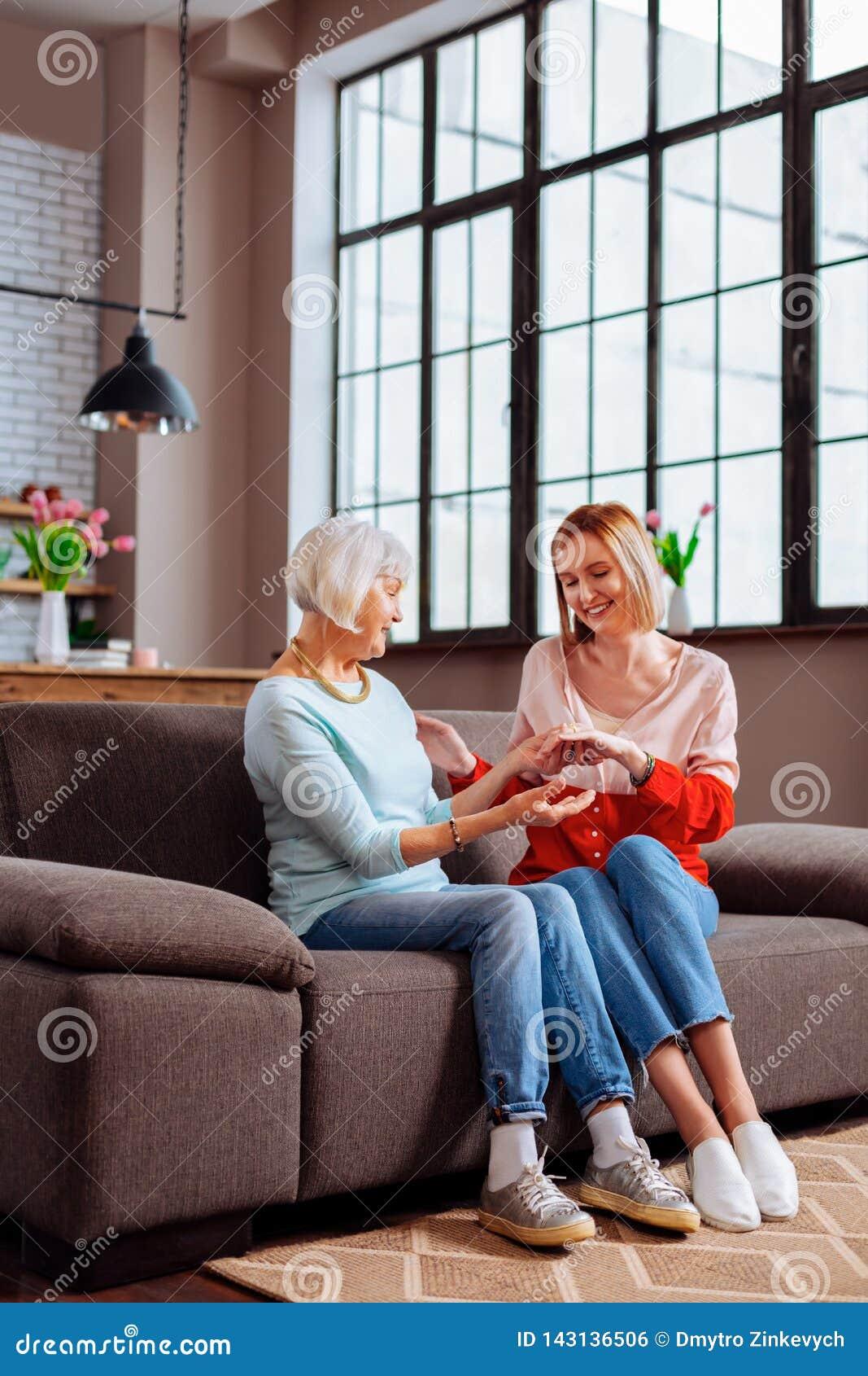 Agradável-apelando o pensionista que admira-se na aliança de casamento do neto do novo-adulto
