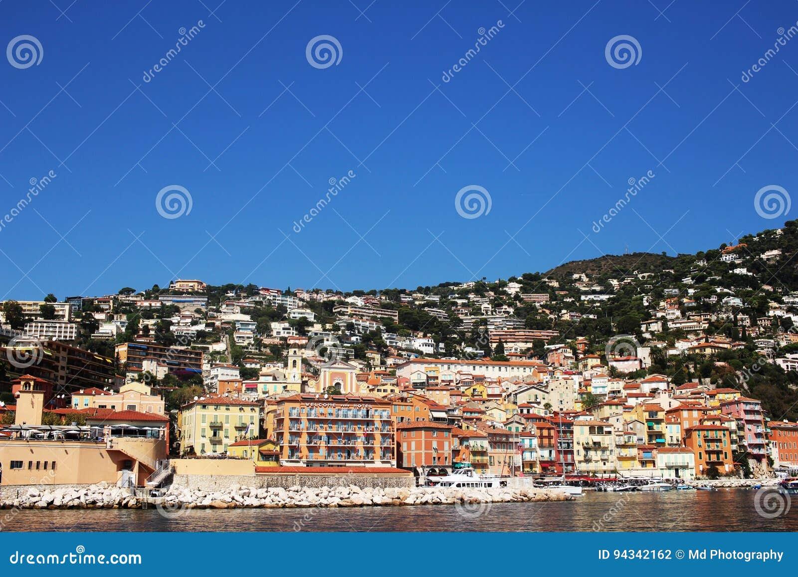 AGRADABLE, FRANCIA - CIRCA 2016: El puerto de Villefranche en Niza, ésta es un puerto popular del barco de cruceros