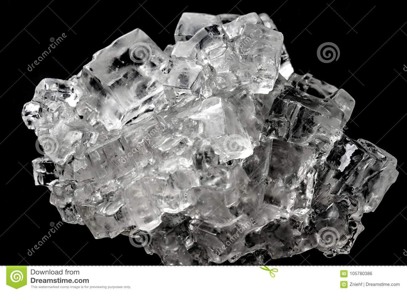 Agregado cristalino de la sal cúbica contra fondo negro