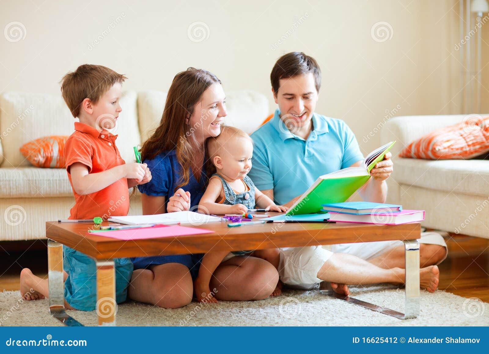 Agregado familiar com quatro membros em casa