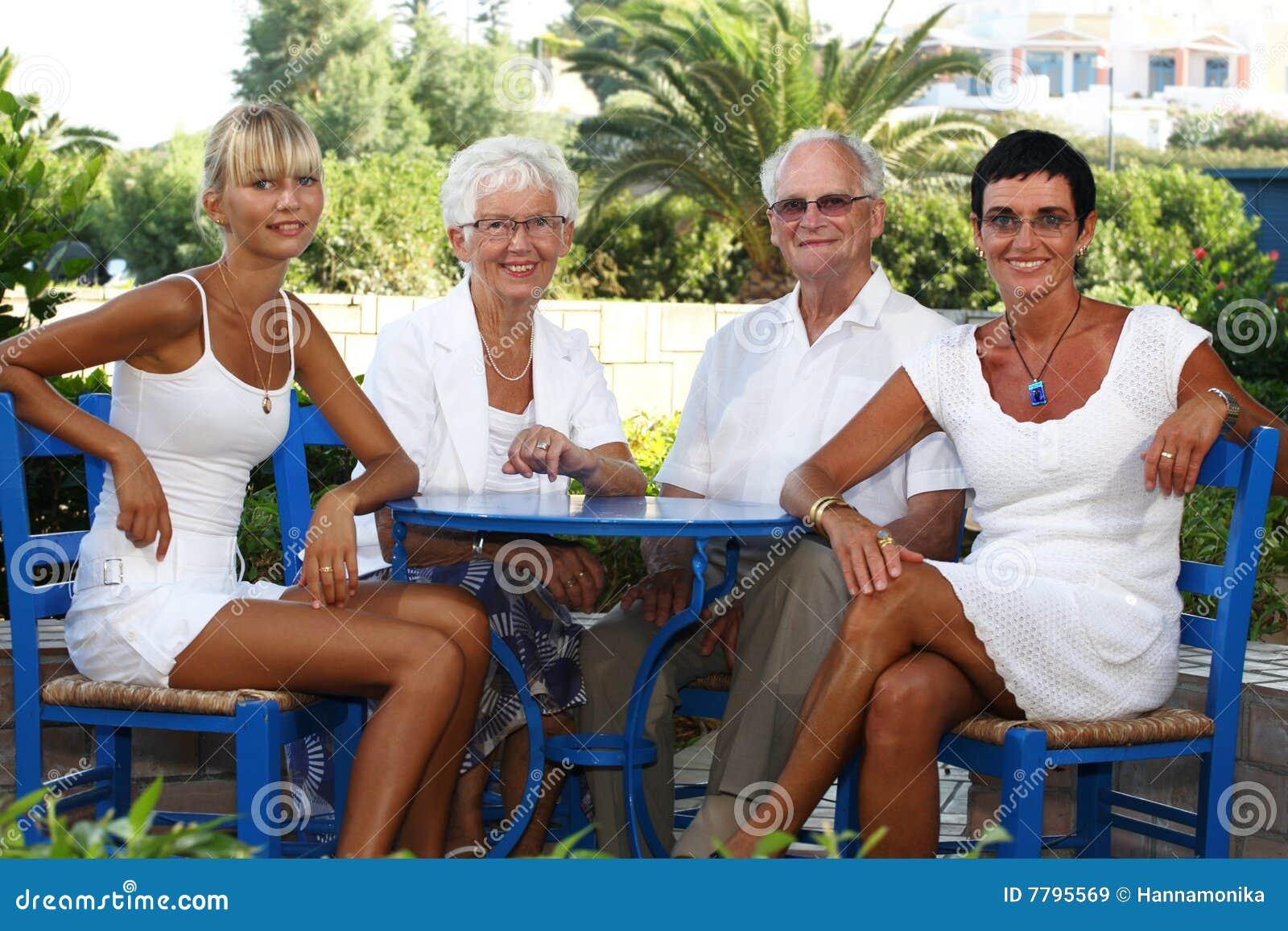 Agregado familiar com quatro membros feliz no jardim
