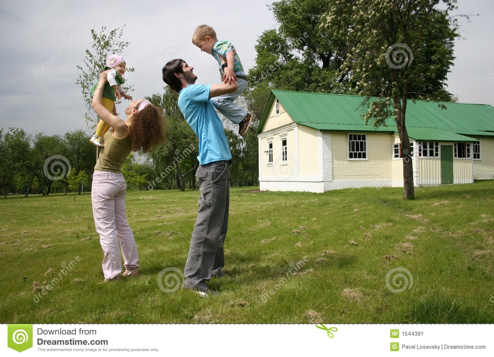 Agregado familiar com quatro membros na jarda