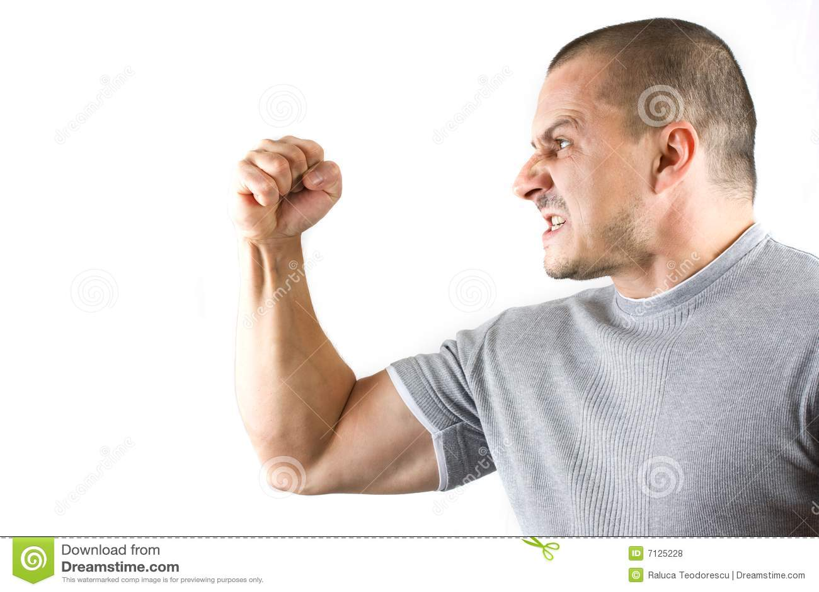 Agressieve mens die zijn vuist toont die op wit wordt geïsoleerd