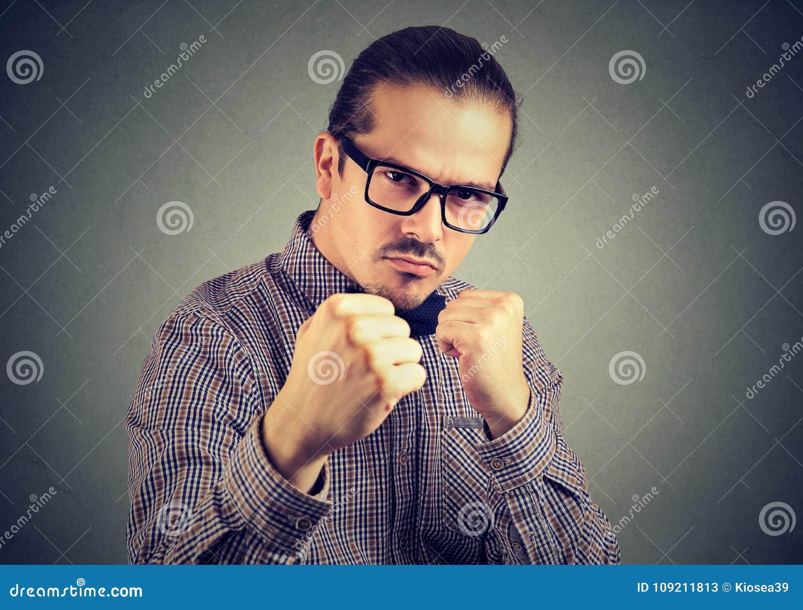 Agresywny mężczyzna grożenie z pięścią