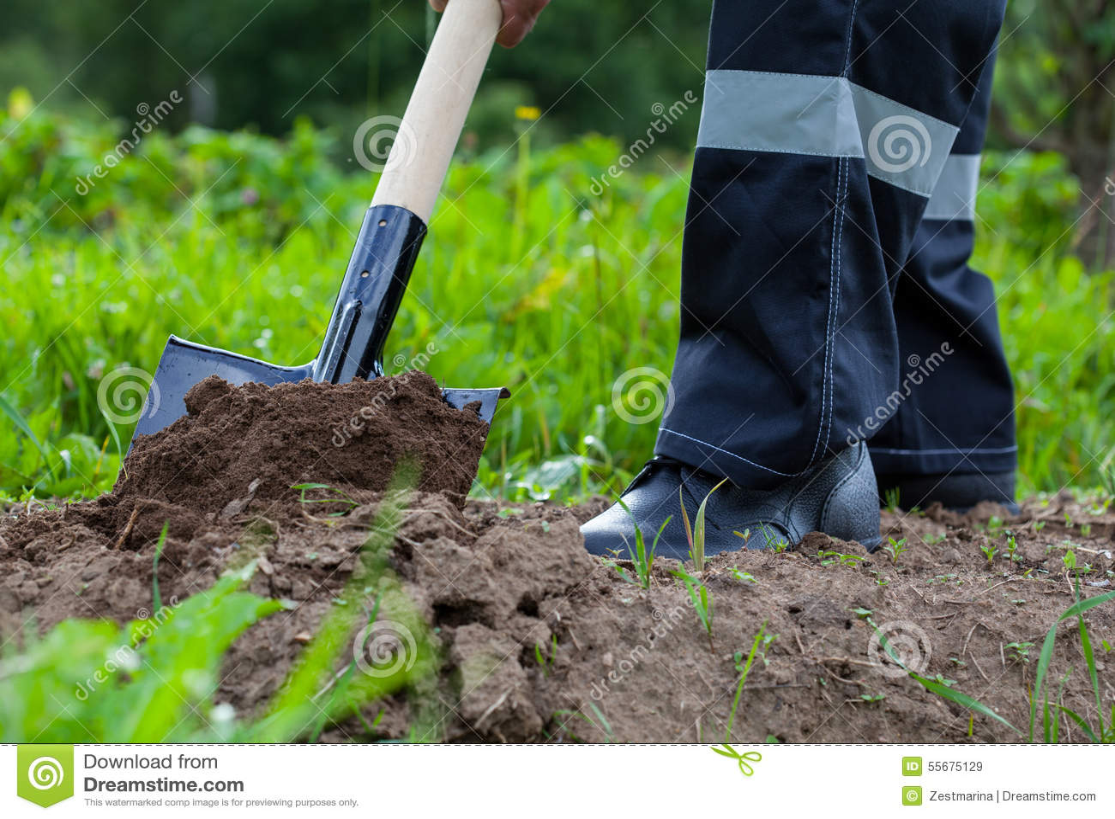 agriculteur creusant un jardin image stock image du. Black Bedroom Furniture Sets. Home Design Ideas