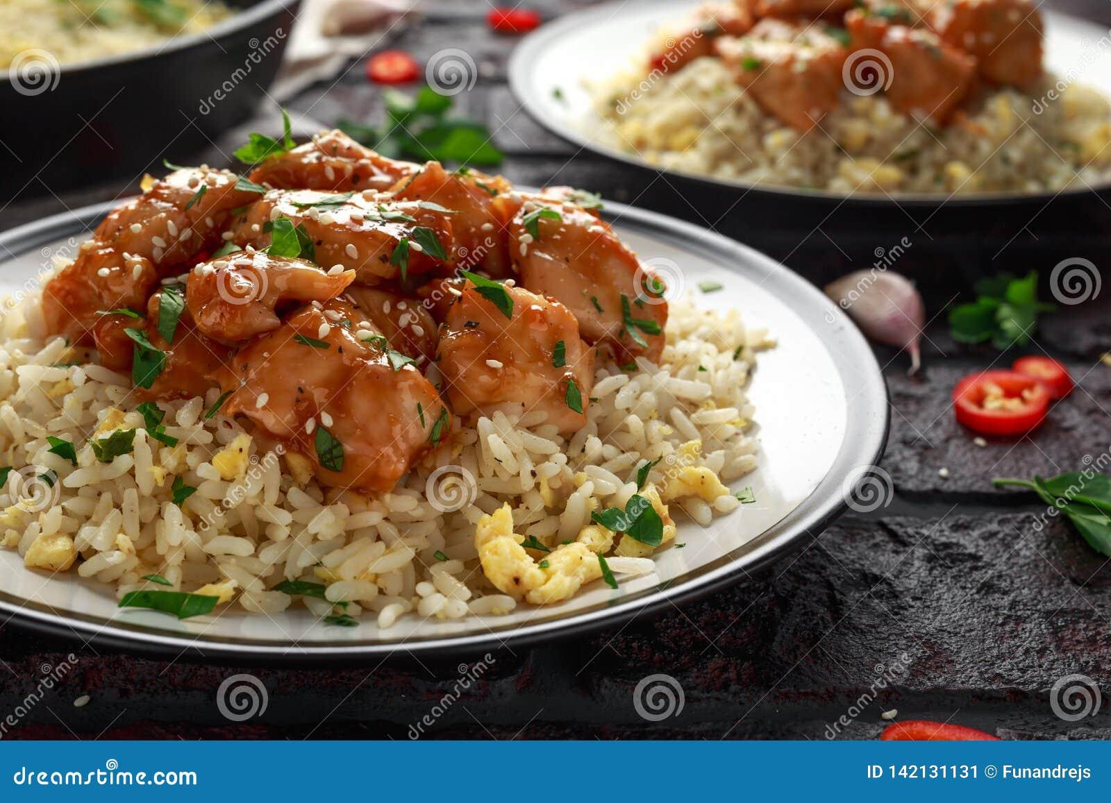 Agridoce picante da galinha alaranjada com arroz dos ovos fritos