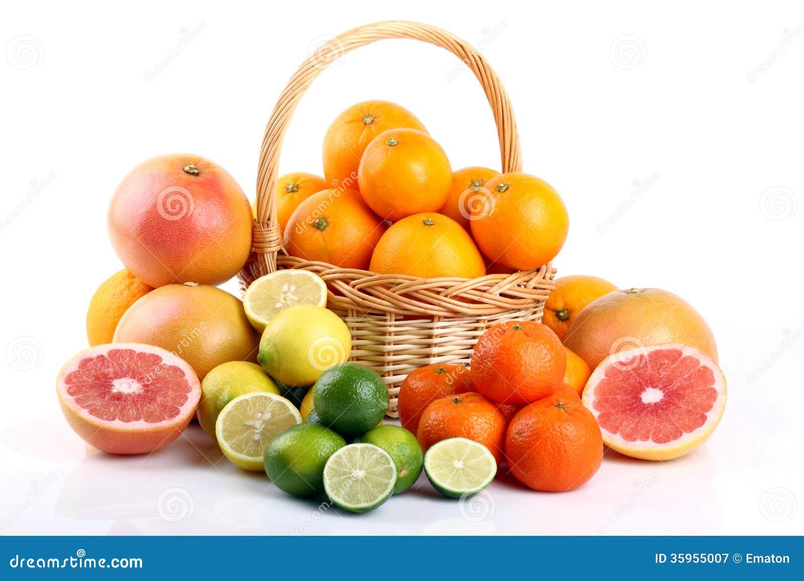 Agrios mezclados en cesta de mimbre