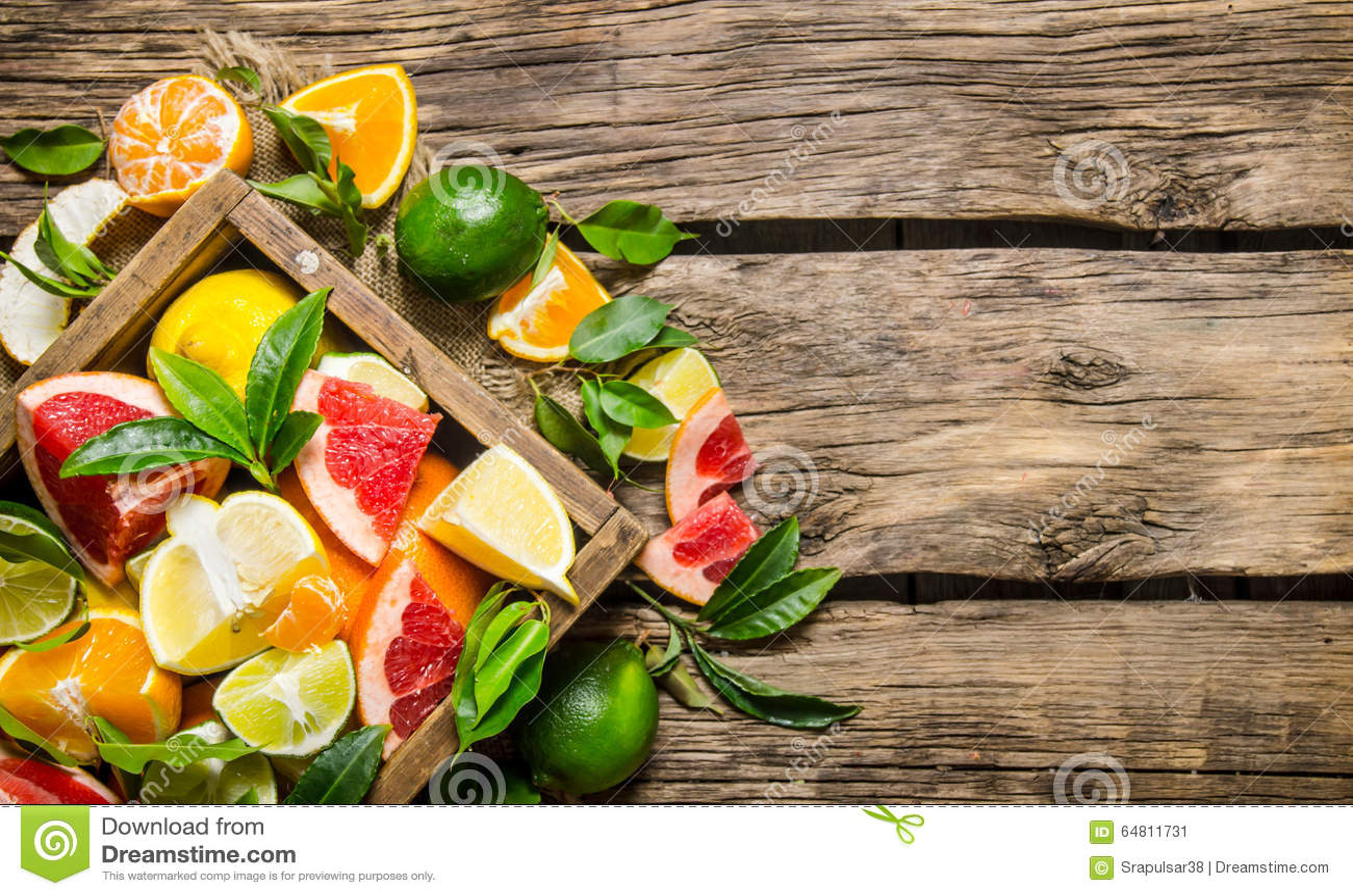 Agrume - pompelmo, arancia, mandarino, limone, calce in una vecchia scatola
