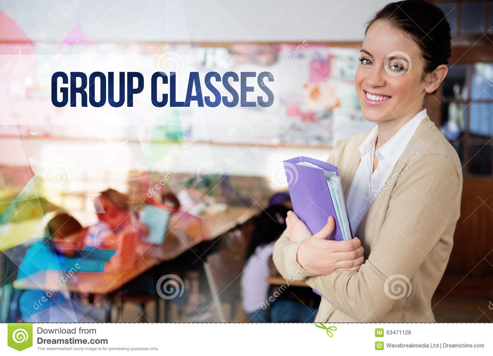 Agrupe classes contra o professor bonito que sorri na câmera na parte traseira da sala de aula