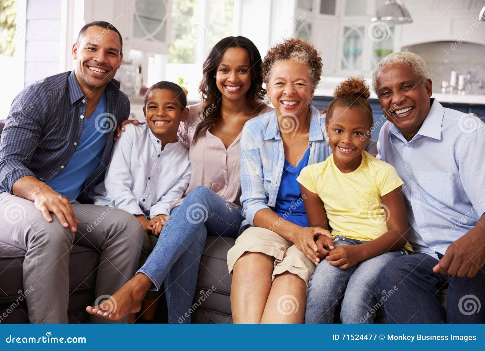 Agrupe el retrato de la familia multi del negro de la generación en casa
