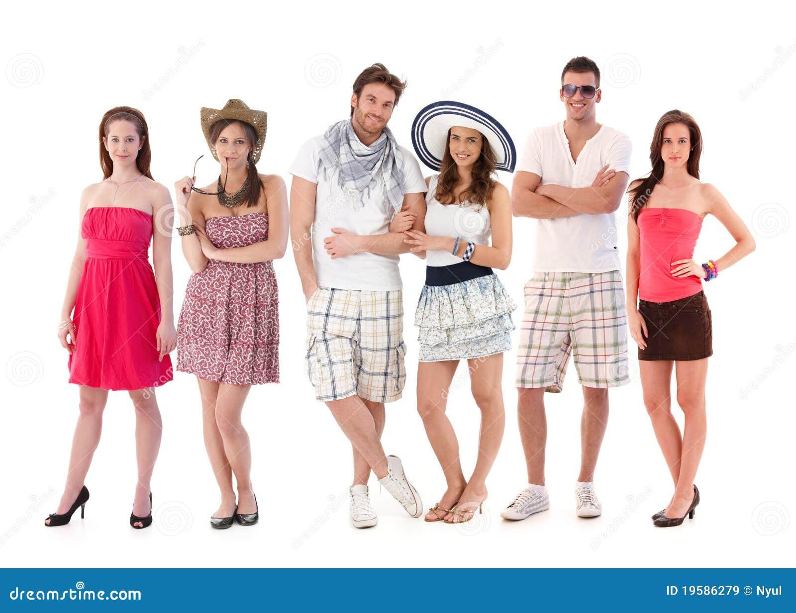 Agrupe o retrato de jovens na roupa do verão