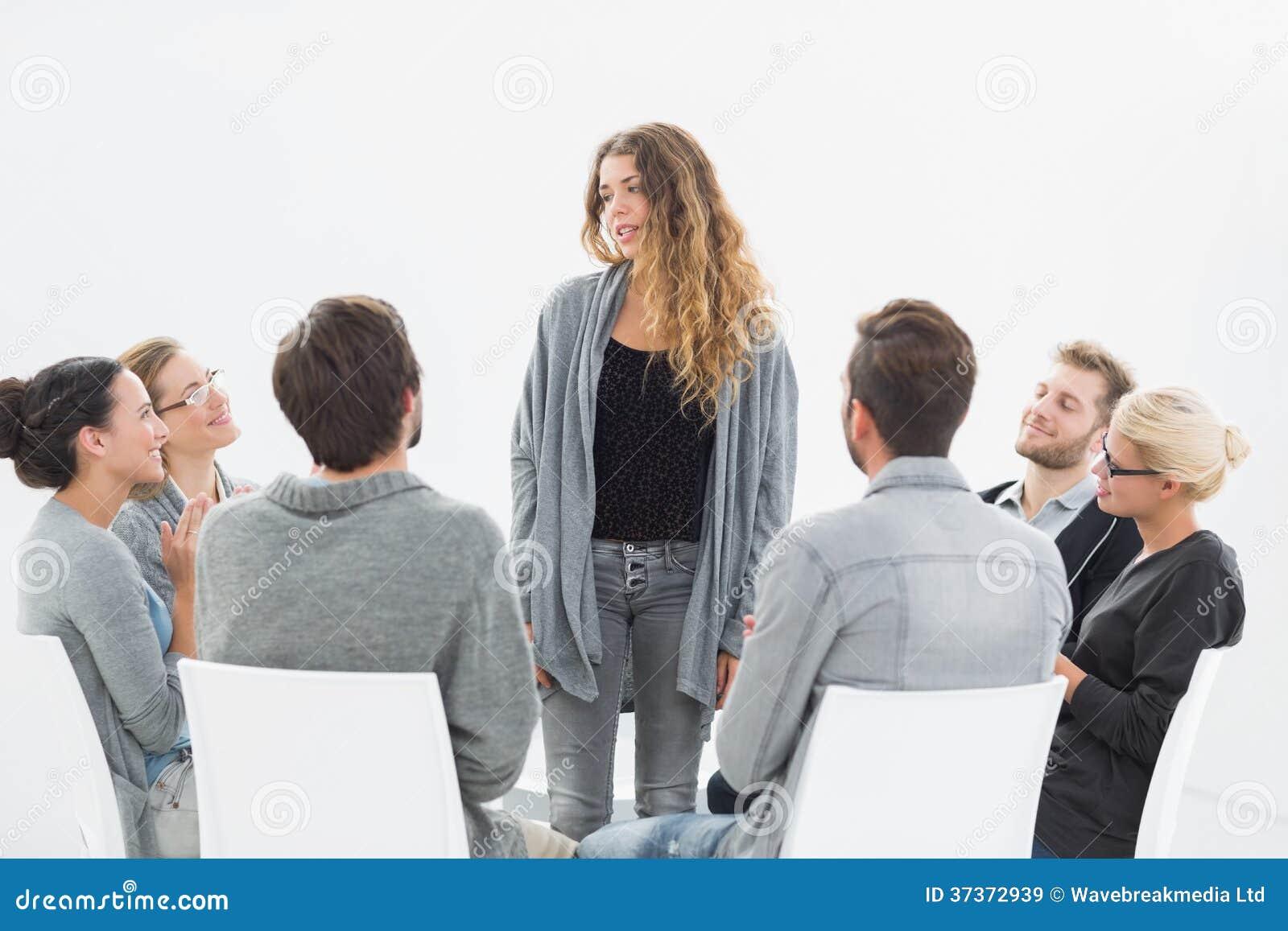 Agrupe a terapia na sessão que senta-se em um círculo