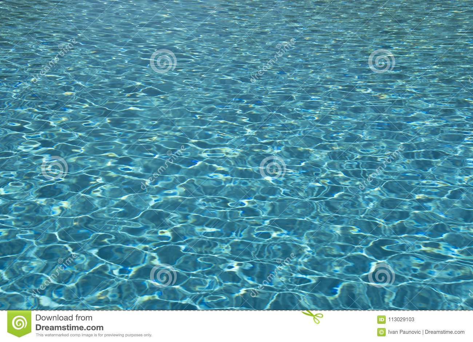 Agua azul clara
