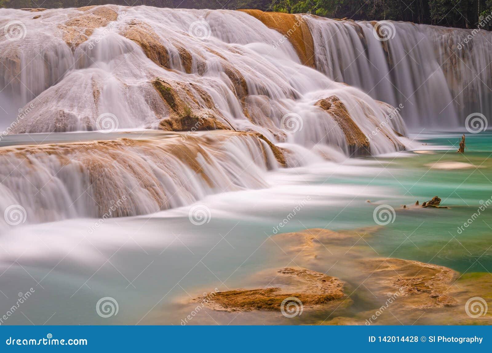 Agua Azul Waterfall en Chiapas, México