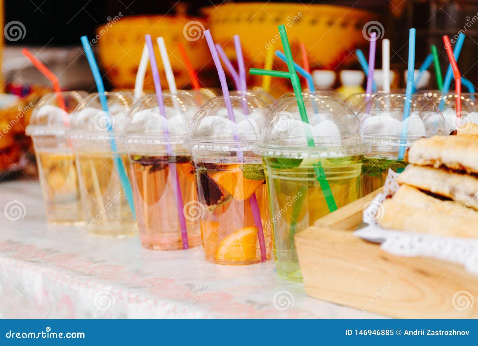 Agua caliente del t? de la fruta o de la fruta en vidrios con los tubos