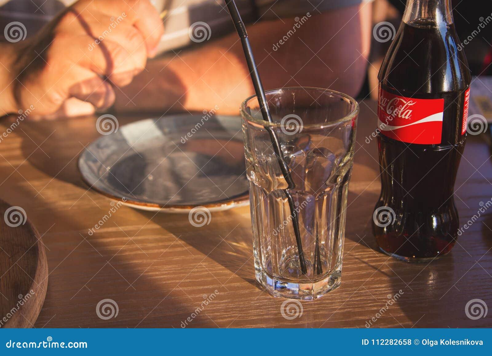 Agua chispeante caucásica del hombre blanco