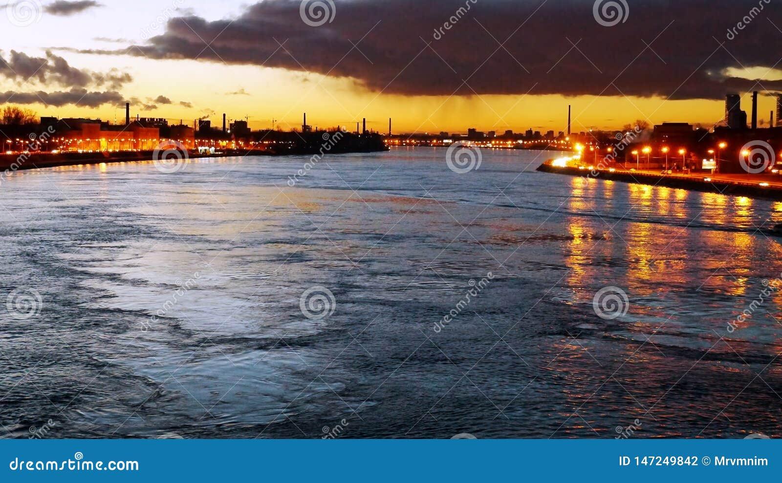 Agua Ciudad industrial Humo de los tubos Agua tranquila y azul