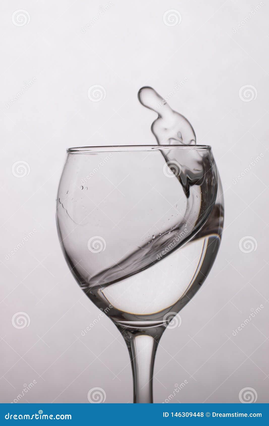 Agua clara en un vidrio