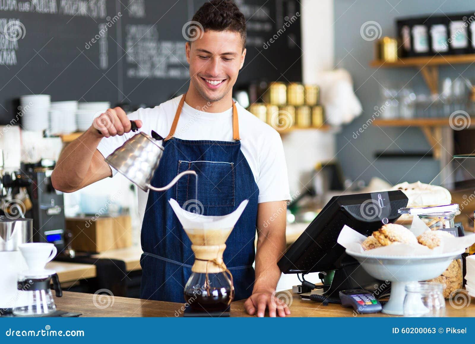 Agua de colada de Barista en el filtro de café