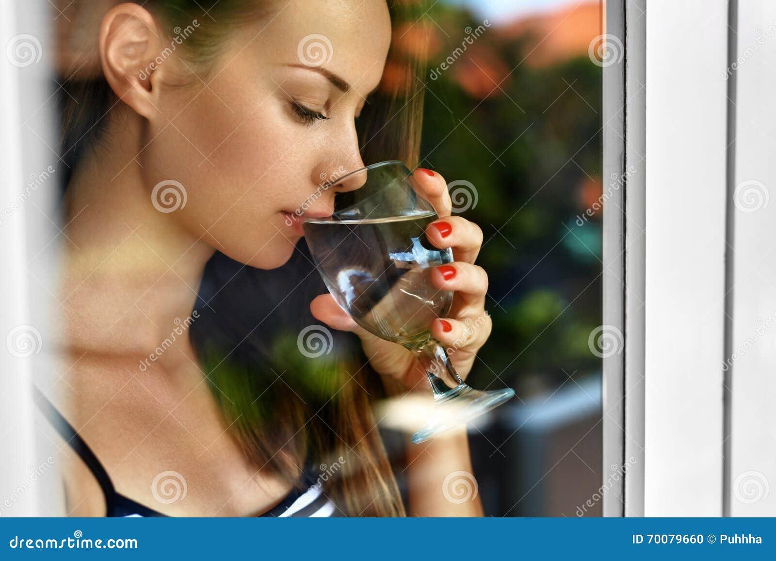 Agua de la bebida Agua potable sonriente de la mujer Dieta Forma de vida sana