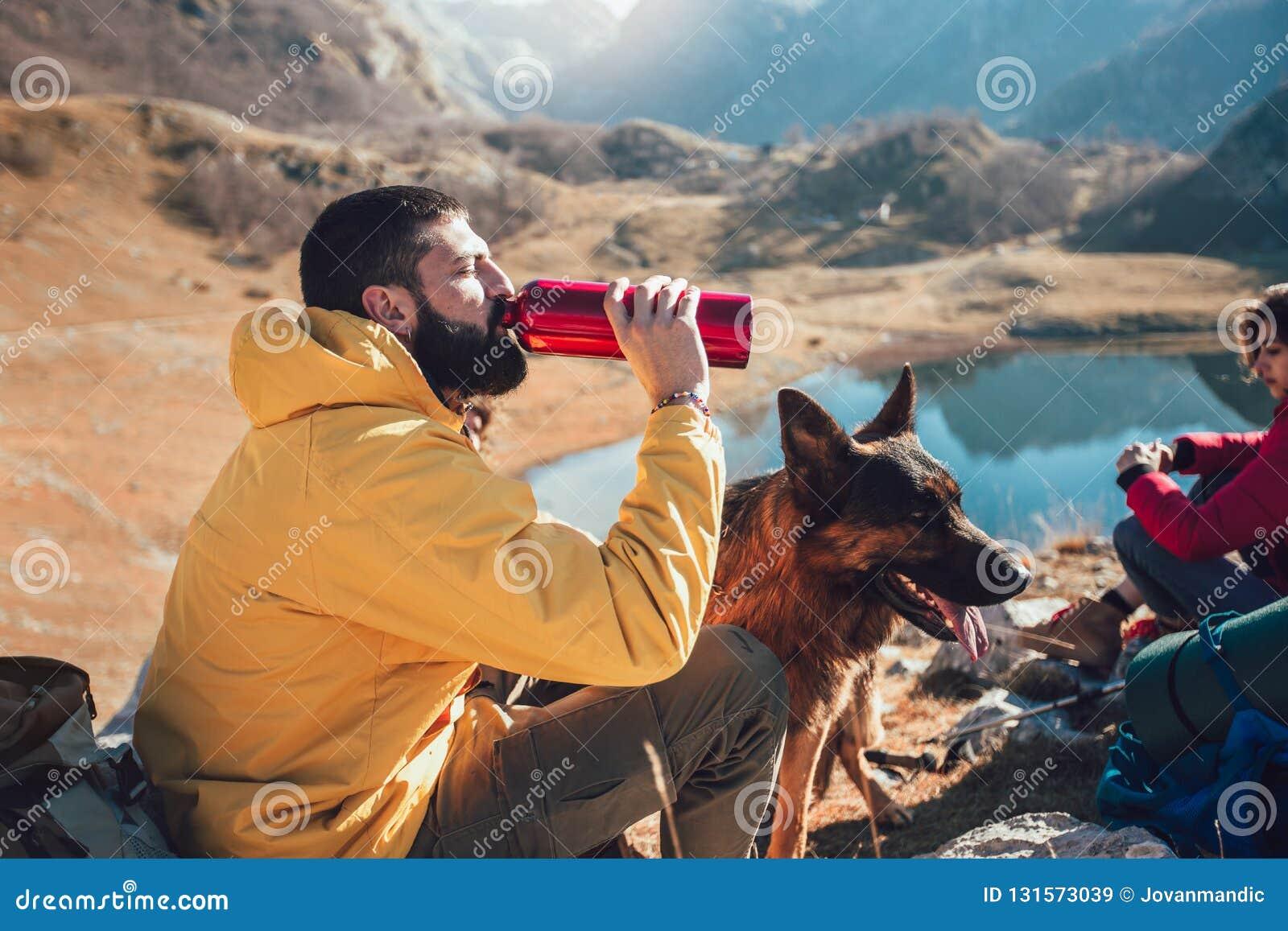 Agua de la bebida del hombre