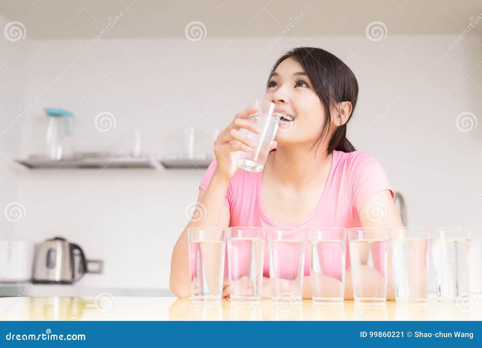 Agua de la bebida de la mujer