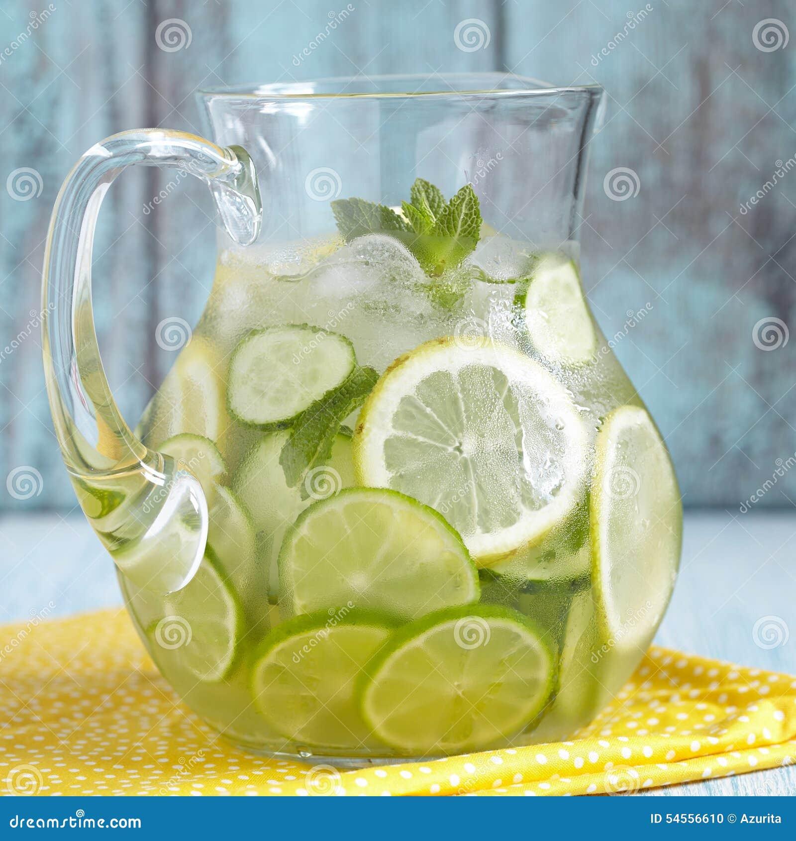Agua de la fruta en la jarra de cristal foto de archivo for Frutas de cristal